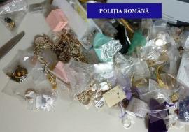 Percheziții ale polițiștilor antifraudă: Sute de bijuterii de valoare și mii de produse de îmbrăcăminte, găsite într-un apartament din Oradea (FOTO)