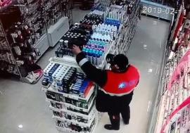 Vedetă pe internet: Hoţ filmat în timp ce fura dintr-un magazin din Aleșd (VIDEO)