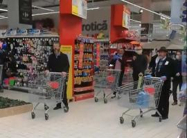 """Imagini inedite într-un hipermarket: Clienții au început să cânte """"Hristos a Înviat!"""" în timp ce așteptau la casă (VIDEO)"""