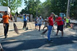 Chef printre muncitori. Zilele Sânmartinului au debutat la Ştrandul cu valuri printre constructori care asfaltau, finisau şi spălau (FOTO)