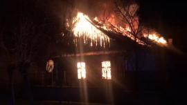 Moarte cruntă pentru o femeie din Bihor: Casa i-a luat foc, iar tavanul s-a prăbușit peste ea! (VIDEO)