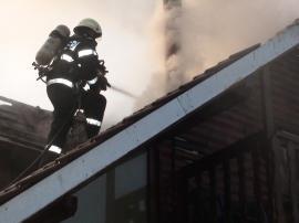 Casă în flăcări, în Pocluşa de Barcău: Bihoreancă de 36 de ani rănită, după ce a încercat să stingă incendiul