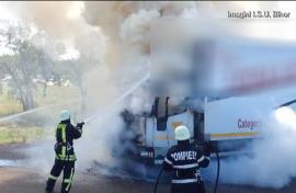 Incendiu la un TIR plin cu cereale, pe o şosea din Bihor. Pompierii erau întâmplător prin zonă