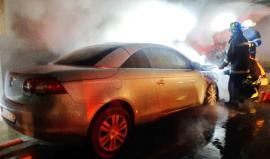 Foc la demisolul unui bloc din Oradea: O maşină a fost incendiată intenţionat, zeci de locatari au fost evacuaţi (FOTO)