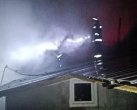 Incendiu în comuna Oșorhei: O magazie a luat foc de la un cablu neizolat. Flăcările au cuprins şi casa vecinilor (FOTO)