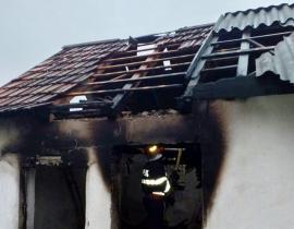 Atenţie la instalaţiile electrice! Incendiu într-o gospodărie din Bogei, izbucnit din cauza unei defecţiuni