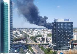 Incendiu puternic la o hală industrială din Capitală. Focul se întinde pe 10.000 de metri pătrați (VIDEO)