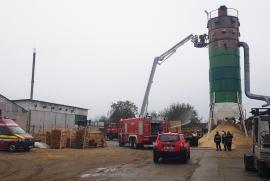 Incendiu la o fabrică de mobilă din Bihor: Peste 30 de pompieri au intervenit, cu 6 autospeciale, pentru stingerea focului(FOTO/VIDEO)