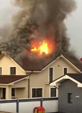Incendiu după furtună: O vilă ridicată în Cartierul Grigorescu din Oradea a luat foc (FOTO / VIDEO)