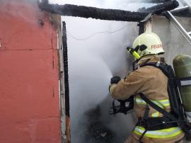 Incendiu în Oradea: Magazia unei case a fost distrusă de flăcări, din cauza unui bec defect (FOTO / VIDEO)