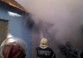 Acoperişul şi magazia unei case din Salonta, distruse de flăcări