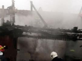 Incendiu într-un bloc din Oradea şi la o casă din Sârbi, din cauza unor defecţiuni electrice