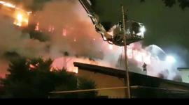 Incendiu puternic în Bucureşti. Nouă persoane au fost rănite, după ce un bloc a luat foc. Zeci de familii au ramas fără adăpost