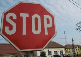 Atenţie la copii! Un adolescent de 14 ani nu a oprit la Stop şi a fost lovit de maşină