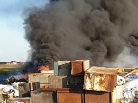 Arde iar depozitul de gunoaie de la Nojorid! Fumul negru şi dens se vede de la depărtare, bihorenii au fost avertizaţi prin Ro-Alert să stea în case (FOTO / VIDEO)