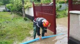 Bilanţul inundaţiilor în Bihor: În 12 ore, pompierii au golit de ape 68 de curţi şi beciuri din 7 localităţi (FOTO)