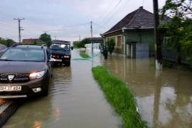 ABA Crişuri: Peste 20 km de drumuri 'spălate' de ape. Riscul de viitură rămâne pe Crişul Negru (FOTO)