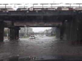 Oradea sub apă: Zeci de străzi, beciuri şi curţi au fost inundate în oraş (FOTO / VIDEO)