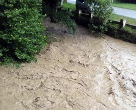 Ploi torenţiale în Bihor: În Bulz apele au inundat drumurile şi podeţele, la Leşu s-a depăşit pragul critic de precipitaţii