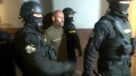Criminalul din Făget a fost prins după 18 ore de căutări. A spus că a făcut totul 'din cauza unei icoane dintr-o cameră' (VIDEO)