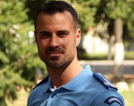 Ca la matrimoniale: Jandarmeria se laudă cu un militar care 'e genul de om după care se dau în vânt femeile și bărbații'