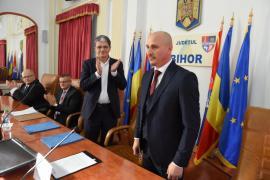 Prefectul Dumitru Ţiplea a depus jurământul în prezenţa ministrului Boloș, a unei mulţimi de aleşi PNL şi directori PSD şi UDMR (FOTO)