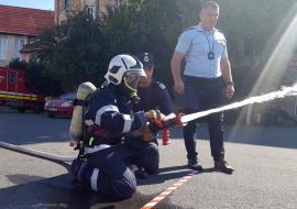 Jurnalişti pompieri: Gazetarii orădeni s-au întrecut în mânuit furtunul (FOTO/VIDEO)
