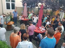 Garden-party! Reprezentanții USR-PLUS din Bihor au sărbătorit cu şampanie scorul surpriză din alegeri (FOTO / VIDEO)