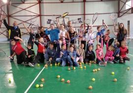Antrenorul austriac de origine română Raul Cristescu a predat, gratuit, lecții de tenis tinerilor bihoreni (FOTO)