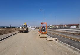 Pe terminate. Drumul colector dintre Leroy Merlin și Piața 100 urmează să fie asfaltat (FOTO / VIDEO)