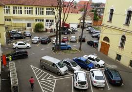 """Taxare non-stop: Parcarea din curtea Primăriei Oradea """"arde"""" la buzunar și în timpul nopții"""