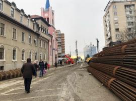 Accesul interzis! Lucrările la pasajul din Bulevardul Magheru obligă orădenii să circule cu copiii printre utilaje (FOTO)