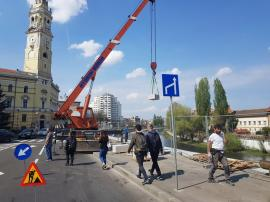 Constructorii montează blocurile de piatră ale promenadei de pe malul Crişului Repede în Oradea (FOTO)