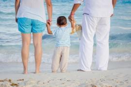 Doar 13 împotrivă! Senatul a adoptat iniţiativa cetăţenească de revizuire a Constituţiei pentru redefinirea familiei