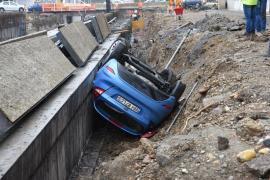 Accidentul de pe șantierul pasajului Magheru: Șoferul mașinii căzute era băut. Încerca să meargă cu spatele când a căzut în groapă (FOTO / VIDEO)