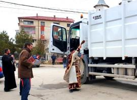 Ce mai sfinţesc românii: Slujbă de binecuvântare pentru noua maşină de gunoi dintr-o localitate din Constanţa