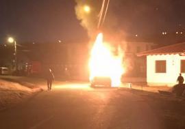 A ars ca o torţă! O maşină a luat foc în mers pe strada Făcliei din Oradea (FOTO / VIDEO)