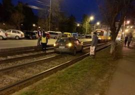 Circulaţia tramvaielor în Oradea, blocată din nou de o maşină care a ajuns pe liniile de tramvai în zona Olosig