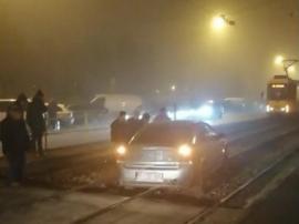 Tramvaie blocate în Oradea din cauza unei maşini care a 'aterizat' pe şine(VIDEO)