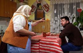 """Mircea Bravo și bunica, lecție despre comunism: """"În anii '80 telefonul nu era al tău, ci al statului!"""" (VIDEO)"""