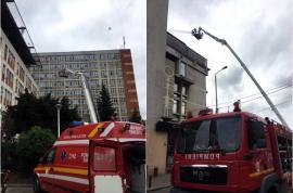 Exerciţii ISU: Un elicopter suspendat pe Spitalul Judeţean din Oradea şi un incendiu la Crişul au mobilizat pompierii (FOTO)