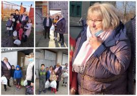 Primiţi cu Covidul? Primărița din Sâmbăta a împărțit cadouri fără mască oamenilor din sat (FOTO)