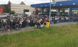 Haosul continuă la vama Nădlac, unde românii aşteaptă înghesuiţi să intre în ţară. Poliţia de Frontieră: Peste 10.000 de oameni au venit în ţară prin Ungaria (VIDEO)