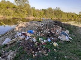 Ne enervează: Mormane de gunoaie pe malul stâng al Crişului Repede (FOTO)