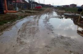 Ne enervează: Locuitorii Cartierului Tineretului din Cihei îşi rup maşinile pe şanturile săpate de Hidroconstrucţia şi Triada (FOTO)