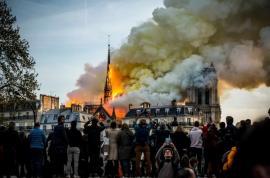 Mai mulţi români anunţă că vând cenușă de la Notre-Dame