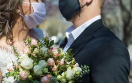 Patru nunţi şi o înmormântare