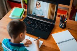 Scandal pe şcoala online: Ministerul Educaţiei îi obligă pe elevi şi părinţi să semneze declaraţii că nu vor înregistra orele online