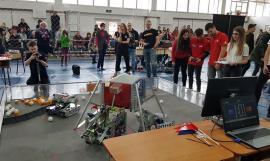 Bătălia roboţilor: Liceeni din toată ţara şi-au pus roboţii la lucru într-un eveniment caritabil organizat de Colegiul Mihai Eminescu (FOTO/VIDEO)