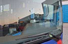 Au dat cu pietre! Un autobuz Mercedes al OTL a fost vandalizat pe linia 14(FOTO)